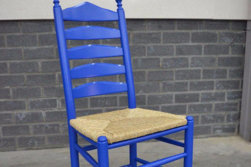 Blauwe knopstoel - hout en gespoten - deinterieurspuiters.nl