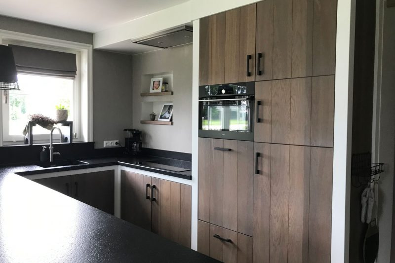 Landelijke keuken gespoten in contrastkleuren - deinterieurspuiters.nl