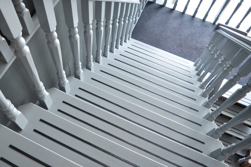 Witte gespoten eikenhouten trap - de interieurspuiters.nl